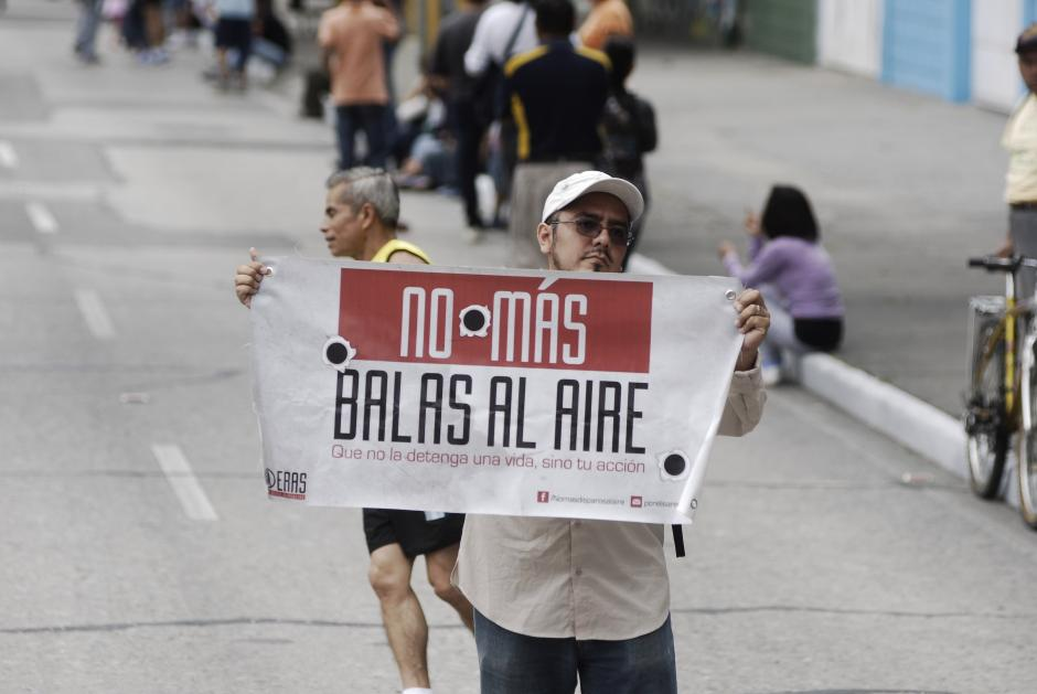 """Mensajes serios también se pudieron observar durante el recorrido: """"No más balas al aire"""". (Foto: Jesús Alfonso/Soy502)"""