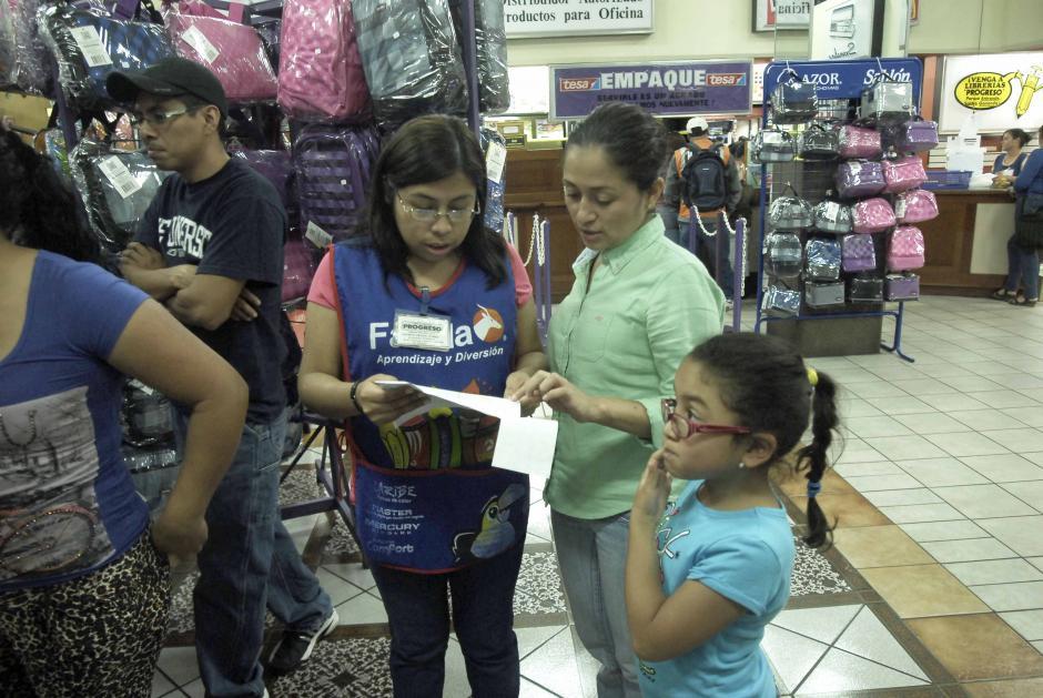 El año 2014 empieza con la búsqueda de útiles escolares. Padres y niños abarrotan librerías y supermercados. (Foto: Jesús Alfonso/Soy502)