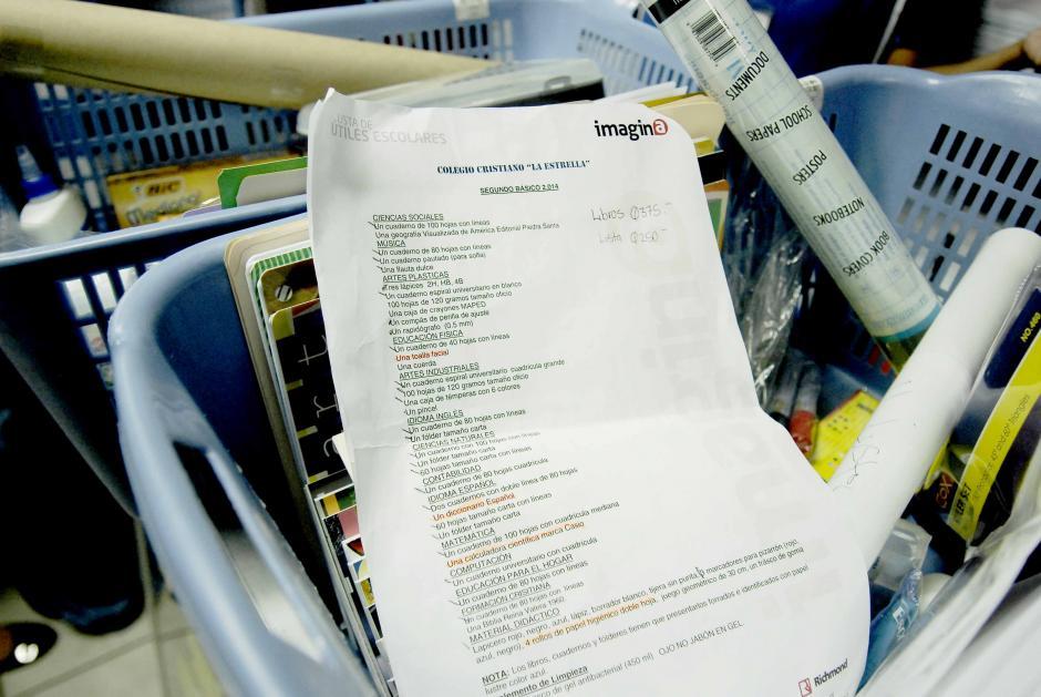 Las listas de lo requerido por los centros educativos suelen ser extensas. (Foto: Jesús Alfonso/Soy502)