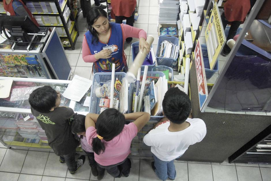 Las canastas se llenan con todos los implementos. Luego viene la tarea de rotular los útiles y forrar cuadernos y libros. (Foto: Jesús Alfonso/Soy502)