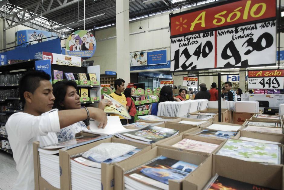 Algunos padres entrevistados aseguran que se toman el tiempo de buscar los mejores precios del mercado para optimizar el gasto. (Foto: Jesús Alfonso/Soy502)