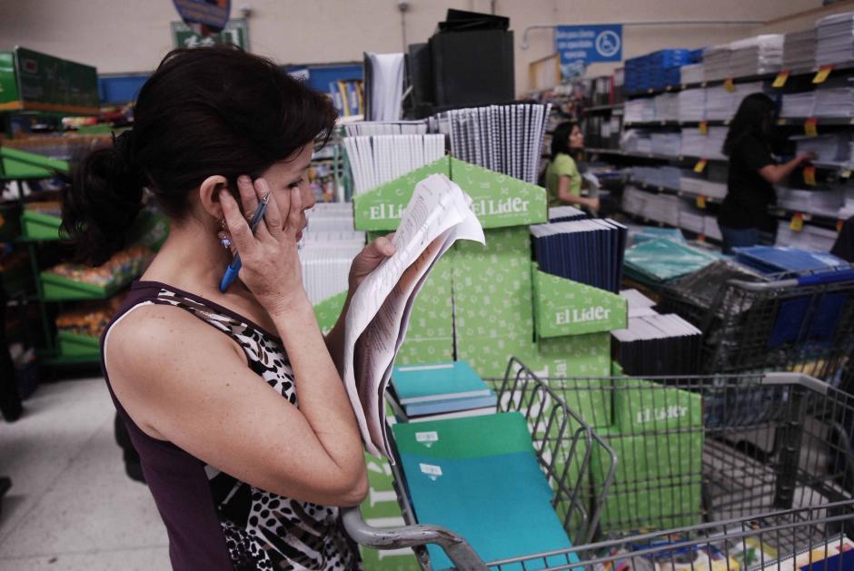La Dirección de Atención al Consumidor (DIACO), dio a conocer una tabla con precios establecidos para la compra de útiles. Algunos padres la toman como parámetro para realizar sus compras. (Foto: Jesús Alfonso/Soy502)