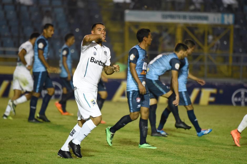 Diego Estrada celebra con la afición el tercer gol del encuentro. (Foto: Nuestro Diario)
