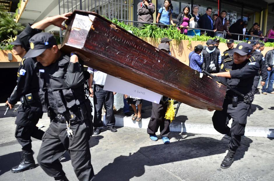 También un ataúd fue llevado por los encapuchados en alusión a la violencia que se vive en el país. Foto Jesús Alfonso/Soy502