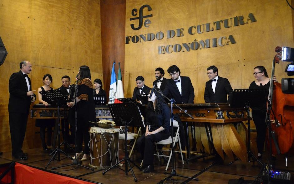 Luego de su presentación, Lester Godínez realizó un pequeño concierto. (Foto: Selene Mejía/Soy502)