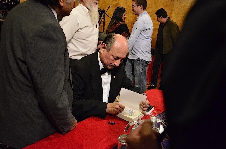 Lester Godínez autografió varios ejemplares de su libro. (Foto: Selene Mejía/Soy502)