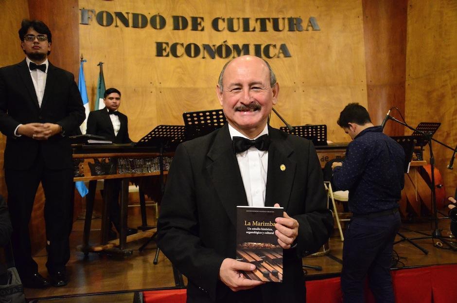 """El maestro Lester Godínez presentó la segunda edición de su libro """"La Marimba"""". (Foto: Selene Mejía/Soy502)"""