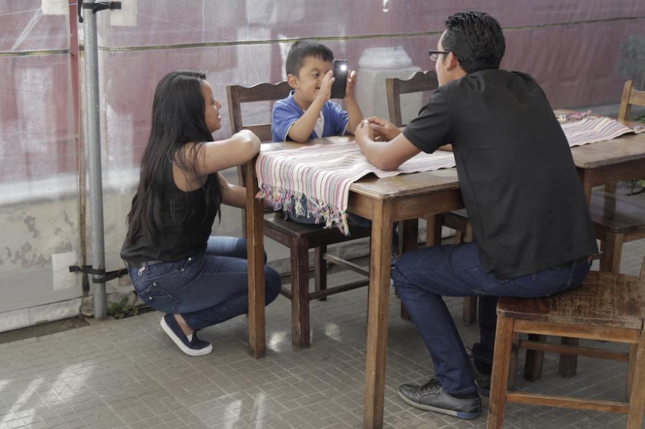 La familia Martínez Sazo asegura que Saúl es una bendición para sus vidas. (Foto: Alejandro Balán/Soy502)