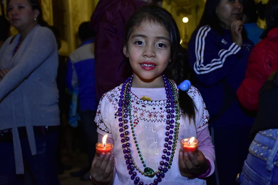 """Los niños llegaron para encender velas y cantar a la """"Virgen Morena"""". (Foto: Luis Castillo/Te Cuento)"""