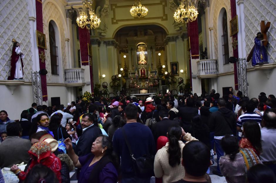El templo de la Virgen de Guadalupe, en la Ciudad de Guatemala, lucía abarrotado de fieles. (Foto: Luis Castillo/Te Cuento)
