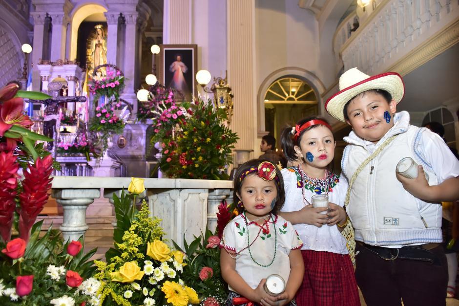 Los niños lucen prendas típicas en la visita a la Virgen de Guadalupe. (Foto: Luis Castillo/Te Cuento)