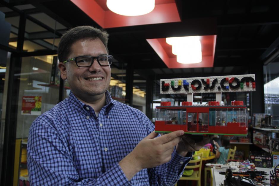 Mauricio Quiñonez muestra una réplica de su tienda a escala construida con los pequeños bloques.(Foto: Fredy Hernández/Soy502)