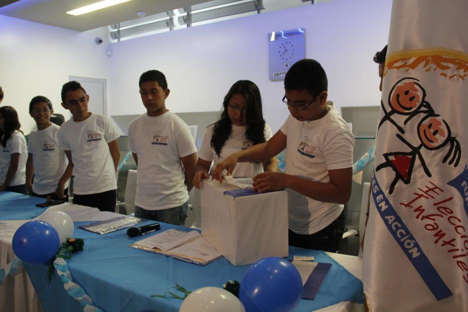 Tribunal Supremo Electoral Infantil inauguró las elecciones infantiles en Banco Industrial de Cayalá. (Foto: Freddy Hernández/Soy502)