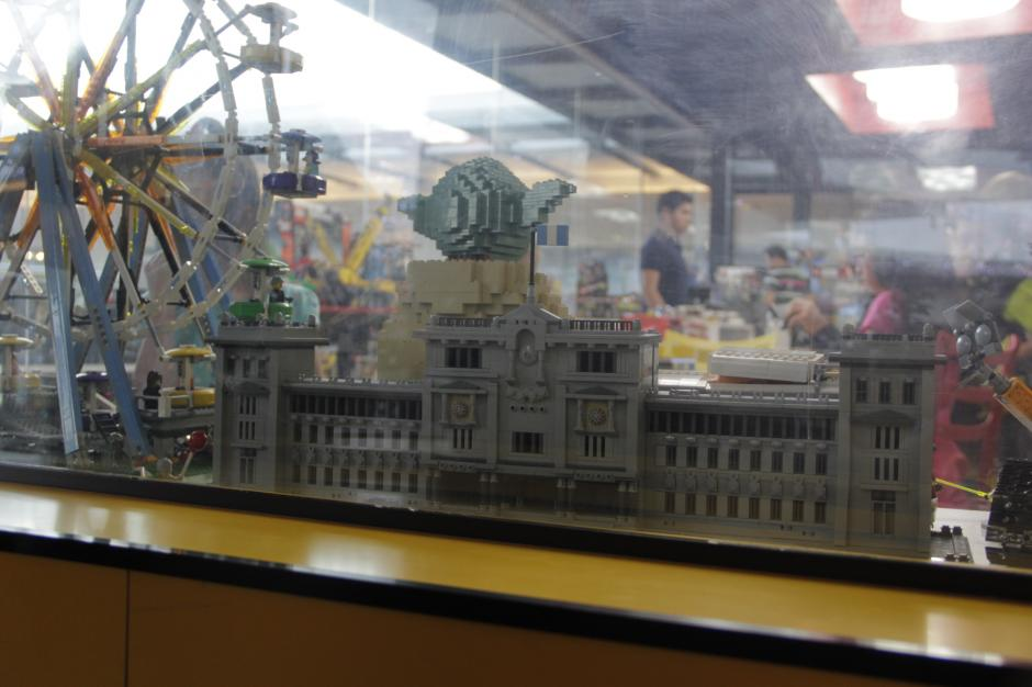 Durante un concurso efectuado por Butoys, un amante de los Legos elaboró el Palacio Nacional de la Cultura a escala. El artículo es exhibido en la tienda para que las personas conozcan las cosas que se pueden hacer con estos bloques.(Foto: Fredy Hernández/Soy502)