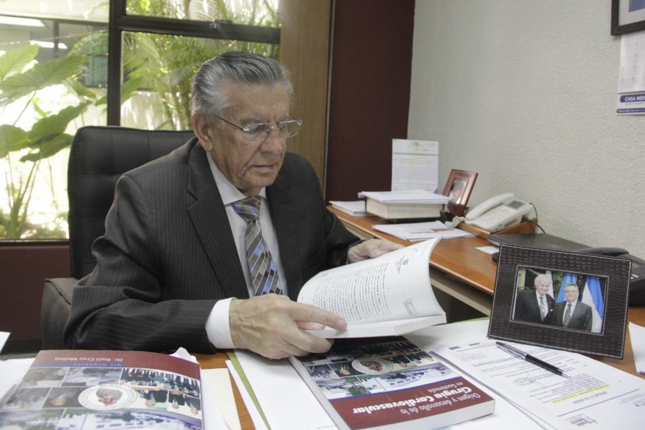 El doctor Raúl Cruz Molina recibirá un reconocimiento por su labor en Unicar desde 1976. (Foto: Fredy Hernández/Soy502)