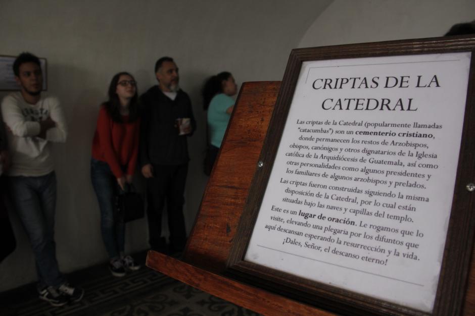 Los visitantes llegaron desde las primeras horas del miércoles para visitar las Criptas. (Foto: Fredy Hernández/Soy502)