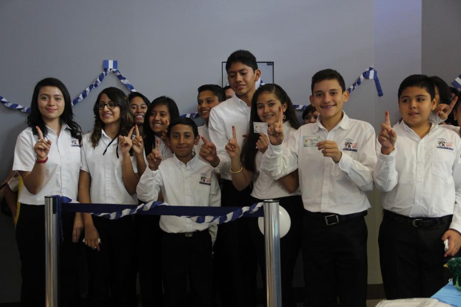 El Tribunal Supremo Electoral Infantil dio el ejemplo para el resto de niños y así se acerquen a los centros de votación para ejercer su voto.(Foto: Freddy Hernández/Soy502)