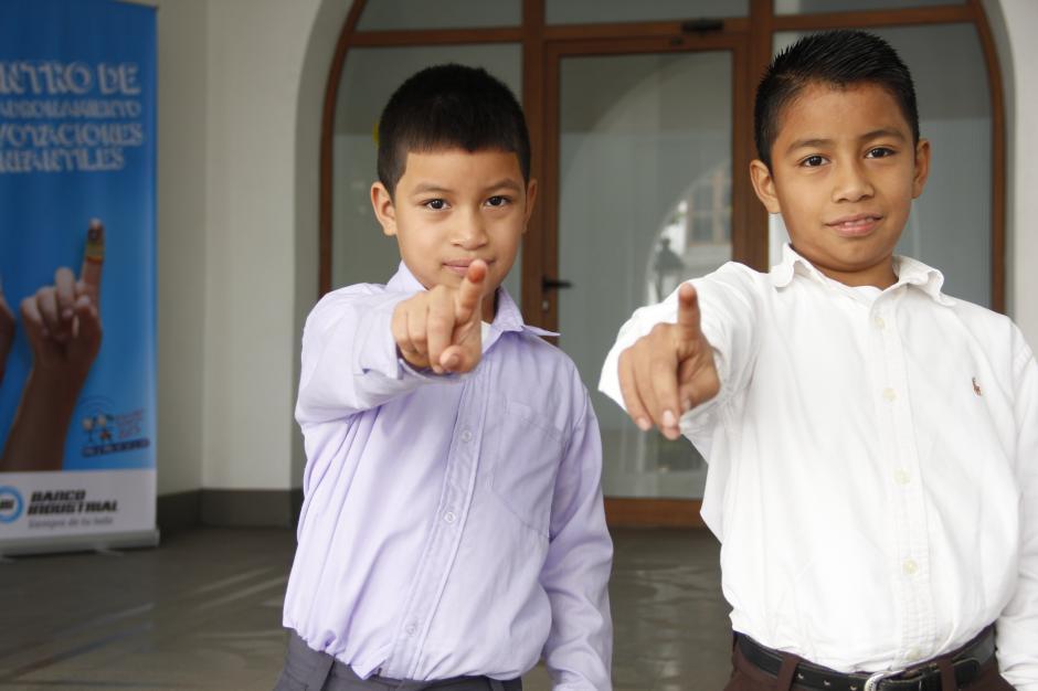 Niños de todo el país se acercan a los centros de votación infantil para ejercer su derecho.(Foto: Freddy Hernández/Soy502)