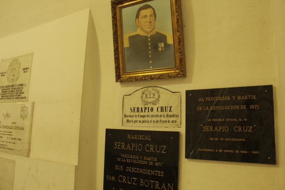 """Serapio Cruz """"Tata Lapo"""" es otro de los personajes que descansan en estas criptas. (Foto: Fredy Hernández/Soy502)"""