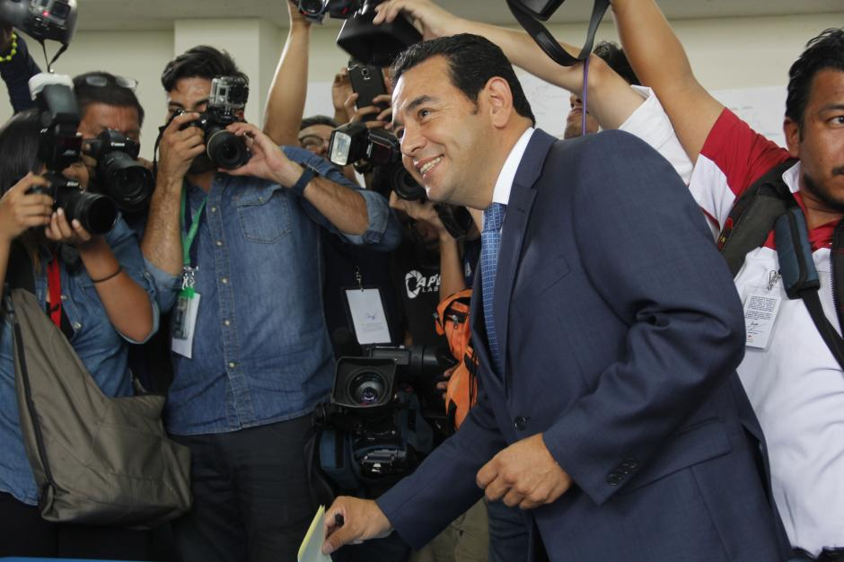 La llegada de Jimmy Morales al centro de votación tuvo una gran cobertura de medios nacionales e internacionales.(Foto: Fredy Hernández/Soy502)