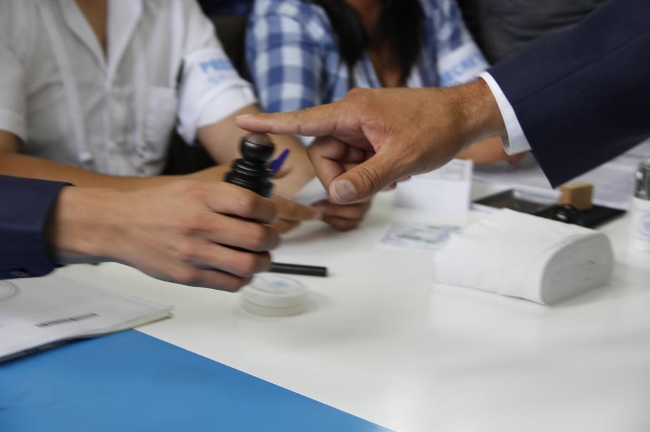 Tras insertar las boletas en las urnas, Morales dejó constancia de haber participado en las elecciones al marcarse el dedo índice con tinta indeleble.(Foto: Fredy Hernández/Soy502)