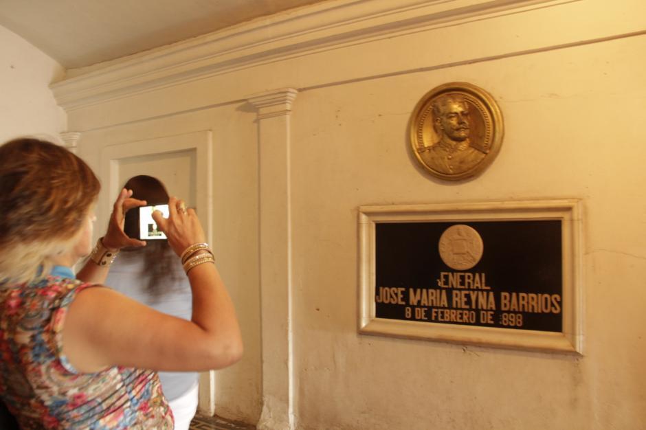 Los turistas conocieron la trayectoria de personajes como el presidente José Reyna Barrios. (Foto: Fredy Hernández/Soy502)