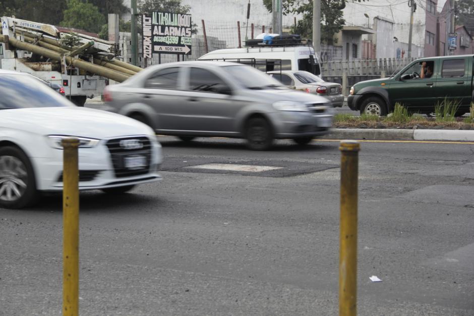 Los automovilistas que circulan sobre la calzada Roosevelt lo hacen sin esquivar el obstáculo. (Foto: Fredy Hernández/Soy502)
