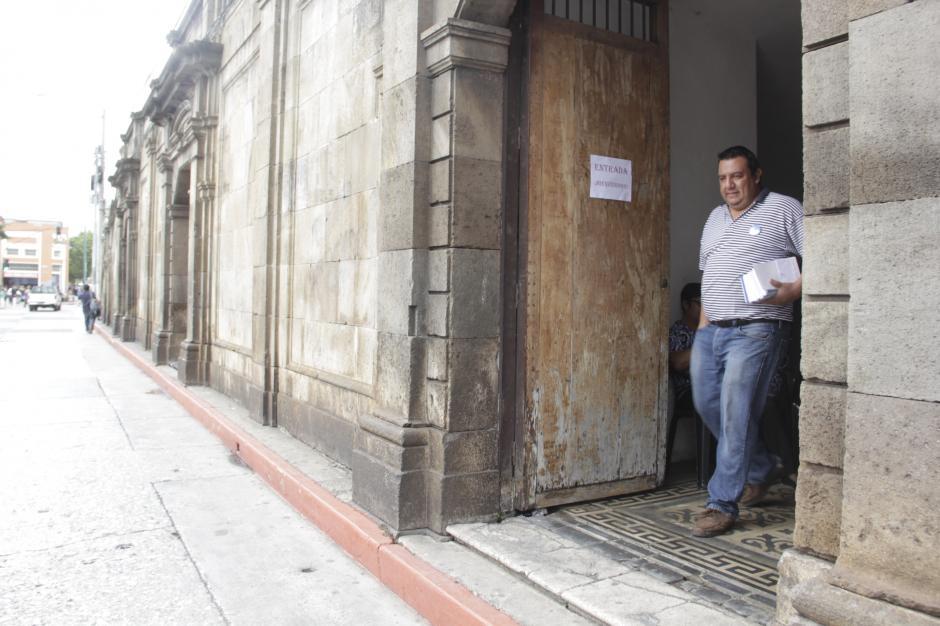 La entrada de las Criptas de la Catedral Metropolitana es por la octava avenida de la zona 1, frente a la salida del estacionamiento del Mercado Central. (Foto: Fredy Hernández/Soy502)