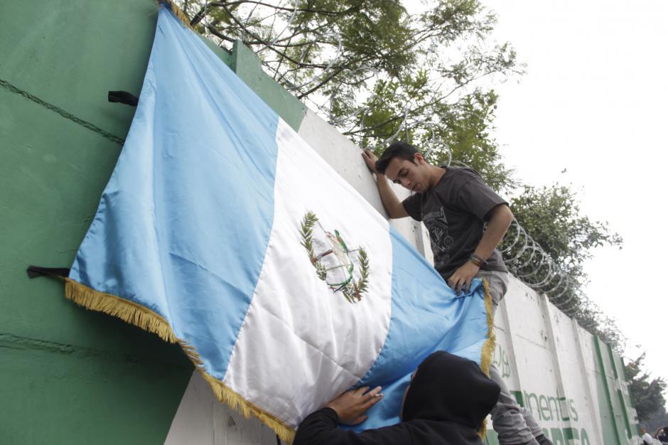 Algunos demarcan su espacio con banderas para ser identificados. (Foto: Fredy Hernández/Soy502)