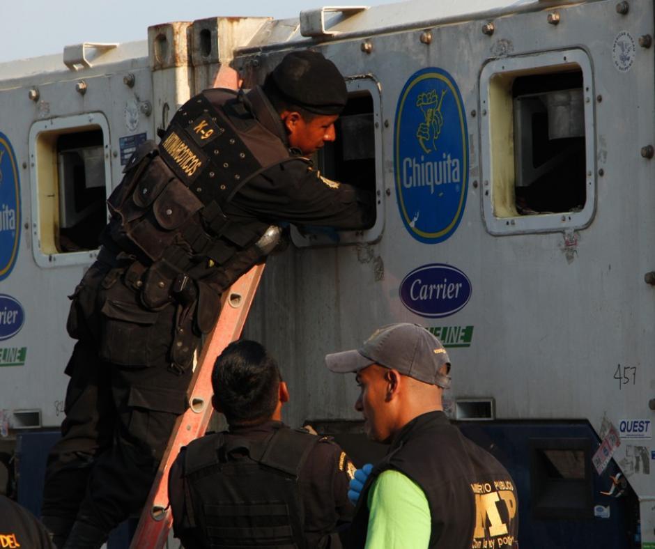 La Policía Antinarcótica detectó que el compartimiento de refrigeración de los contenedores estaban alterados. Foto:PNC