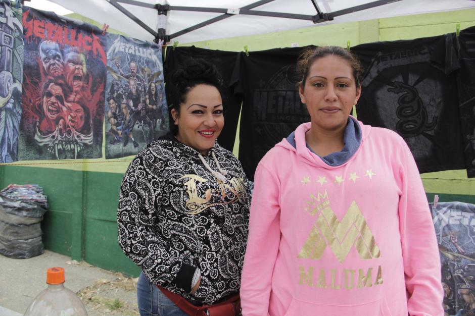 Claudia, de negro, vino desde Guadalajara con otros amigos para vender diversos souvenirs de Metallica. (Foto: Fredy Hernández/Soy502)