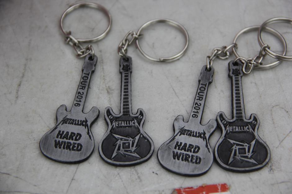 Los llaveros son los artículos que llaman la atención de los seguidores de Metallica. (Foto: Fredy Hernández/Soy502)