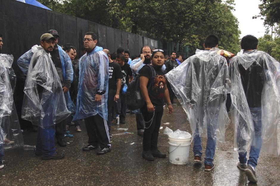 Muchos asistentes compraron capas para evitar que la lluvia los mojara completamente. (Foto: Fredy Hernández/Soy502)