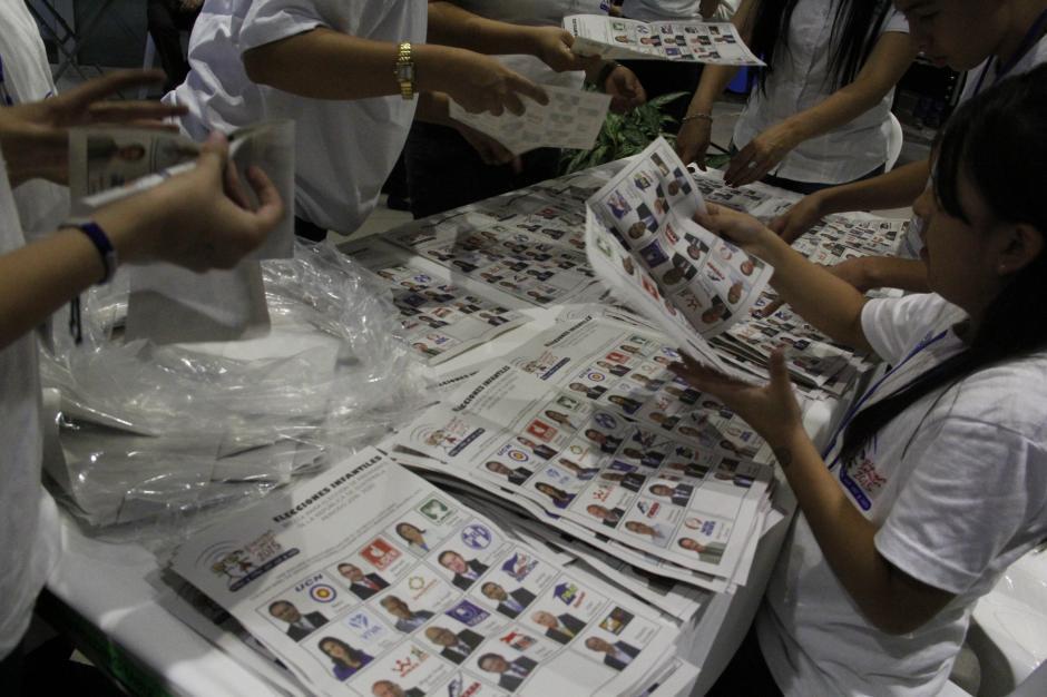 Al finalizar el evento, los niños comenzaron con el conteo de los votos en el Banco Promérica.(Foto: Fredy Hernández/Soy502)