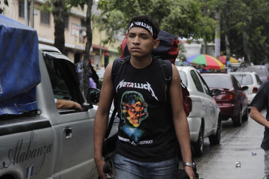 Algunos cargaban con las bolsas de dormir que utilizaron para hacer fila afuera del estadio. (Foto: Fredy Hernández/Soy502)