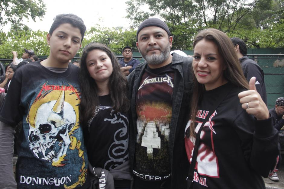 La familia Borrayo Ayala llegó para compartir la herencia musical roquera. (Foto: Fredy Hernández/Soy502)
