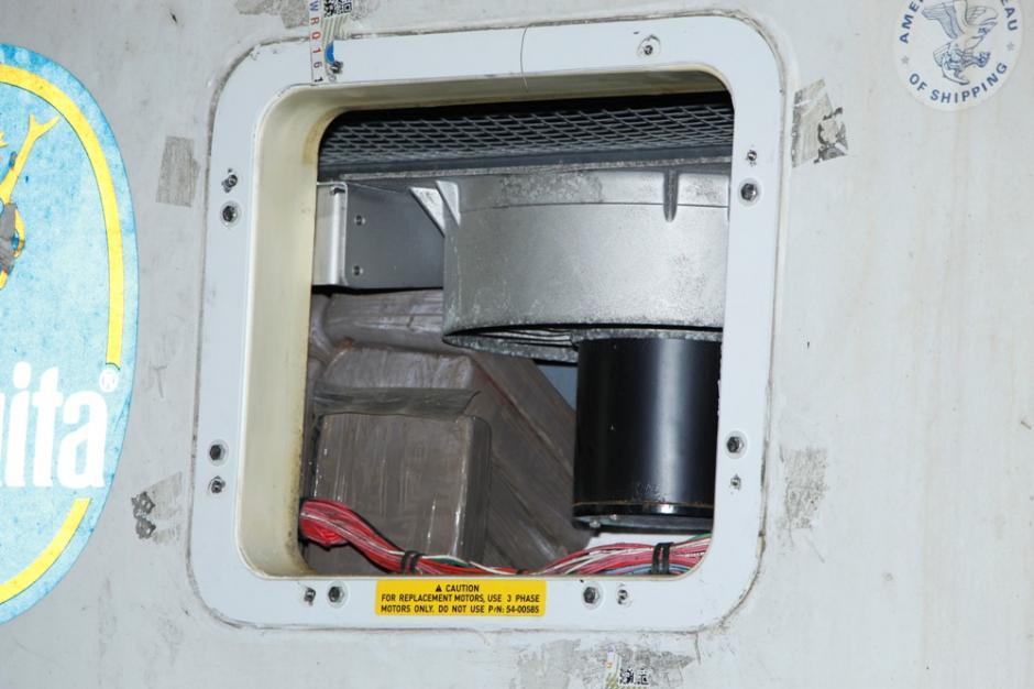 Los paquetes estaban escondidos en el compartimiento de refrigeración de los contenedores. Foto:PNC