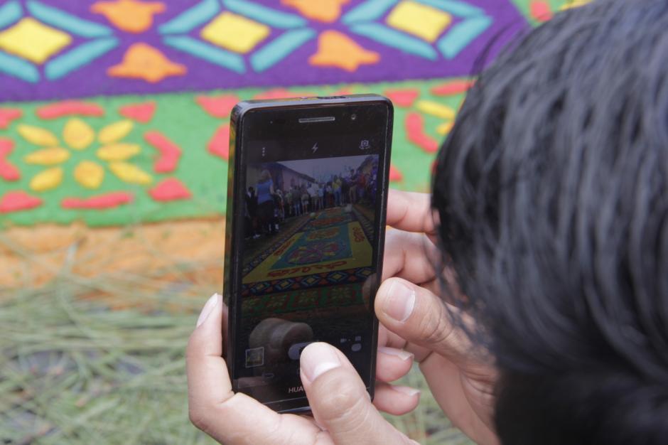 Fieles católicas admiran el cortejo. (Foto: Fredy Hernández/Soy502)