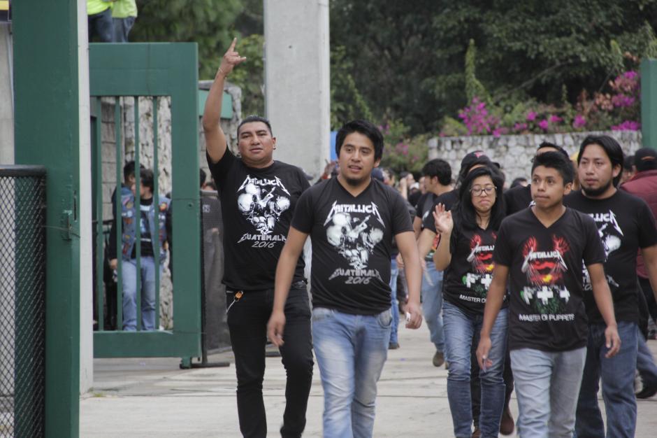 Tras abrir las puertas, los roqueros buscaron rápidamente sus localidades. (Foto: Fredy Hernández/Soy502)