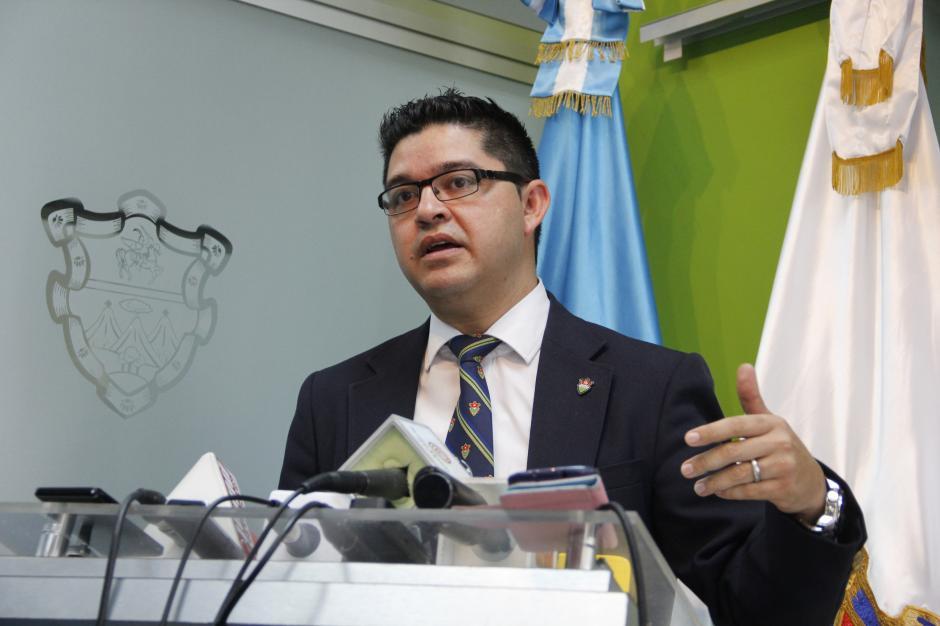 Carlos Sandoval, portavoz de la comuna capitalina, dijo que se notificó a cada partido político sobre el retiro de su propaganda colocados en varios puntos de la ciudad. (Foto: Fredy Hernández/Soy502)