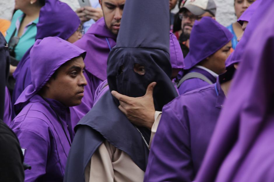 Cerca de 9 mil cucuruchos acompañan el cortejo a lo largo de su recorrido. (Foto: Fredy Hernández/Soy502)