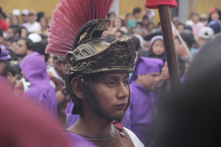 Desde las cinco de la mañana las calles estaban totalmente abarrotadas para ver el paso de la procesión. (Foto: Fredy Hernández/Soy502)