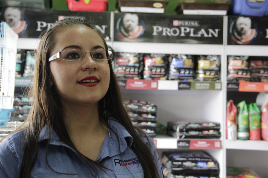 Deyanira Estrada es una joven trabajadora que comparte con varios niños trabajadores de la zona 9. (Foto: Fredy Hernández/Soy502)