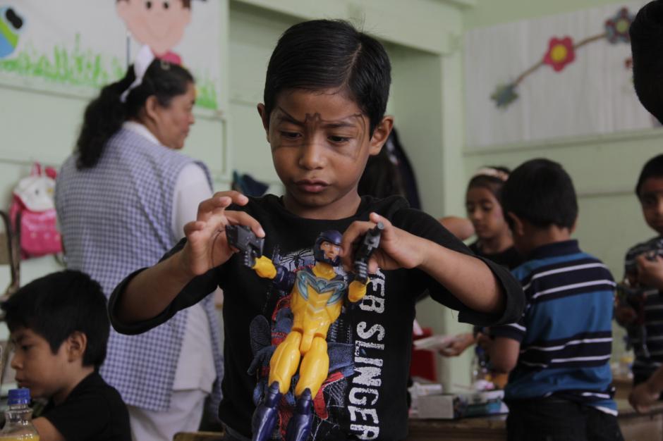 Los niños recibieron muchos regalos este 6 de enero como parte de la celebración del Día de Reyes. (Foto: Fredy Hernández/Soy502)