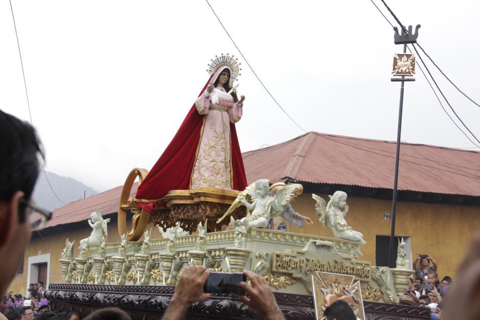 El cortejo procesional salió de su templo a las seis de la mañana acompañado la Virgen de Dolores. (Foto: Fredy Hernández/Soy502)