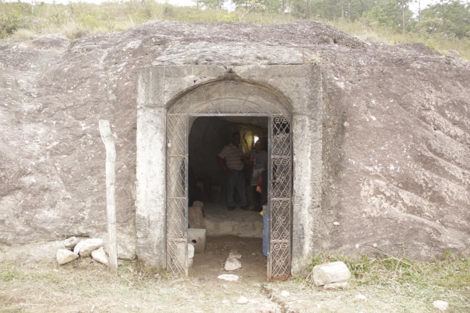 A pocos metros de la Piedra de los Compadres, está la Caverna de los Compadres, un comedor muy particular. (Foto: Fredy Hernández/Soy502)