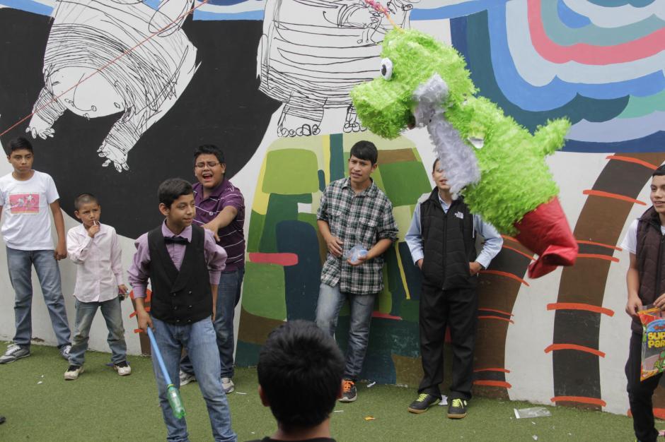 Las piñatas fueron distribuidas por grados para que todos tuvieran la oportunidad de recoger golosinas (Foto: Fredy Hernández/Soy502)
