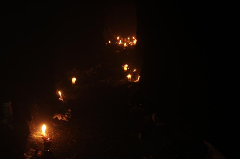 Su camino está iluminado con veladoras. (Foto: Fredy Hernández/Soy502)