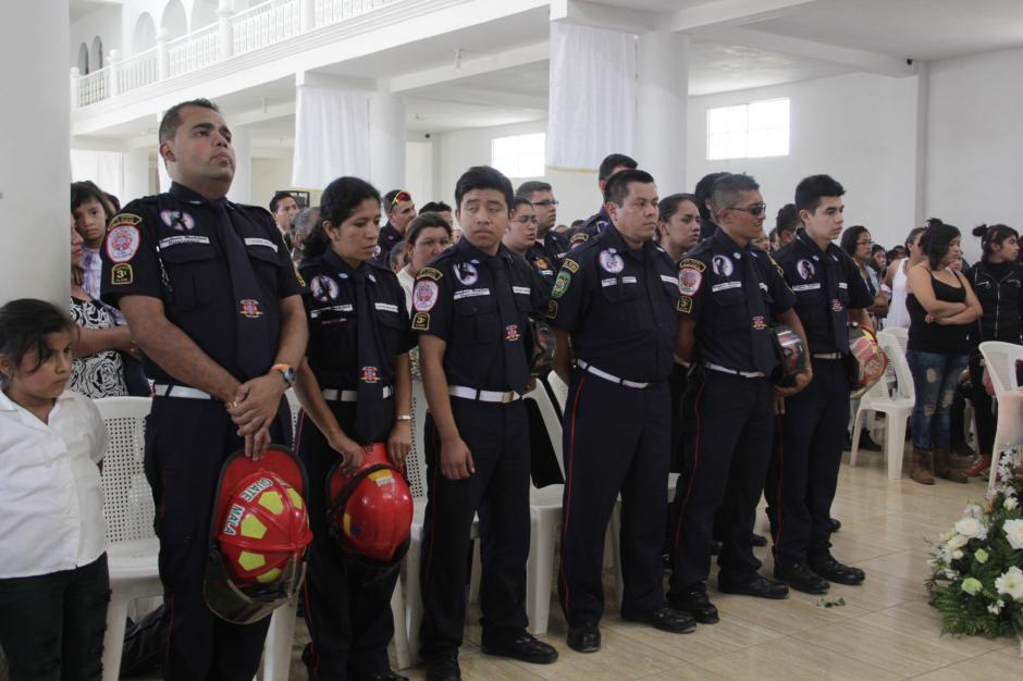 Varios compañeros de Erick participaron de la ceremonia de cuerpo presente. (Foto: Fredy Hernández/Soy502)