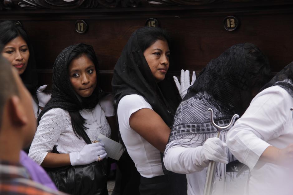 Se espera que el cortejo retorne a su templo después de la medianoche. (Foto: Fredy Hernández/Soy502)